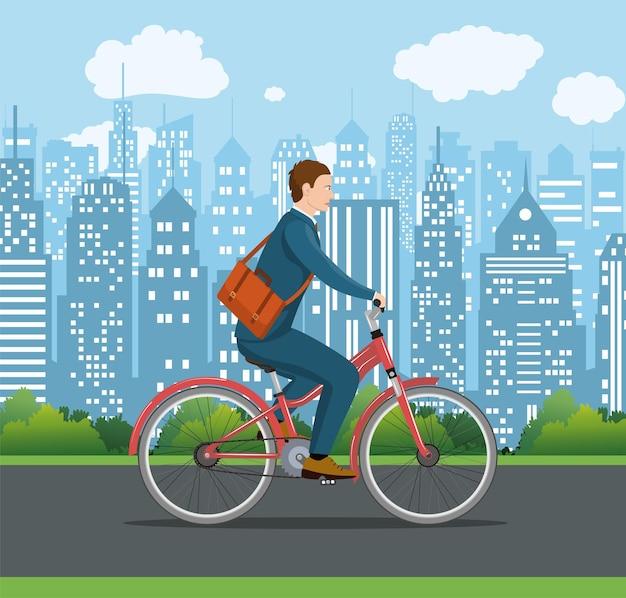 Stadsstijl zakenman met tas fietsen door de straten van de stad