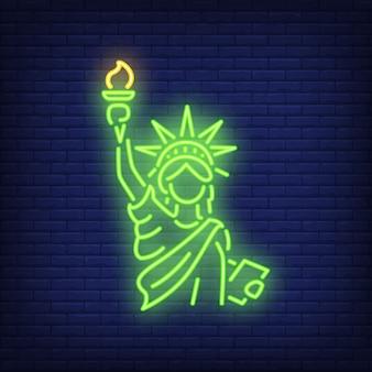 Standbeeld van vrijheid op baksteen achtergrond. neon stijl illustratie. new york, manhattan
