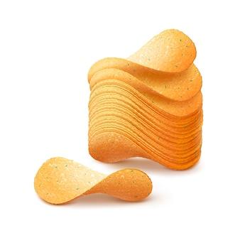 Stapel aardappel knapperige chips close-up geïsoleerd op een witte achtergrond