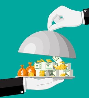 Stapel gouden munten in dienblad in de hand. gouden munt en bankbiljetten met dollarteken. groei, inkomen, sparen, beleggen. symbool van rijkdom. zakelijk succes. vlakke stijl vectorillustratie.