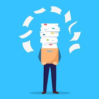 Stapel papier, drukke zakenman met stapel documenten in karton, kartonnen doos. papierwerk. bureaucratie. benadrukte werknemer.