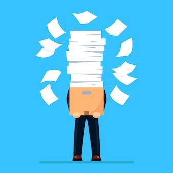 Stapel papier, drukke zakenman met stapel documenten in karton, kartonnen doos.