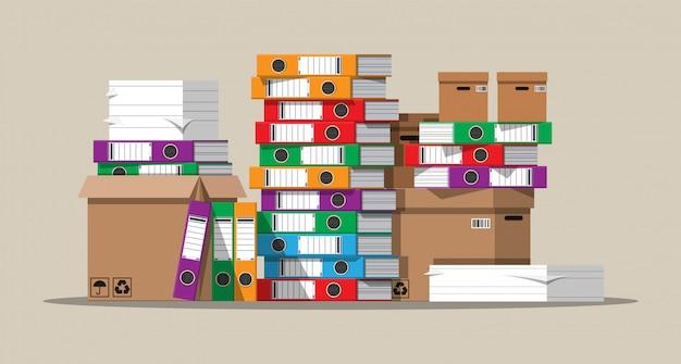 Stapel papieren documenten en bestandsmappen.