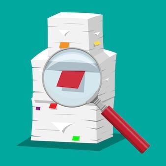 Stapel papieren. office-documenten heap en vergrootglas. routine, bureaucratie, papierwerk, big data, repository, archief, zoeken, kantoor. in vlakke stijl