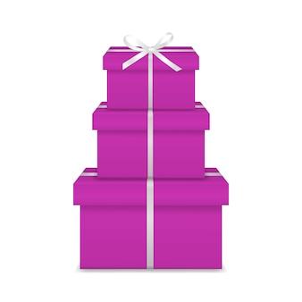 Stapel van drie realistische roze geschenkdozen met wit lint en boog
