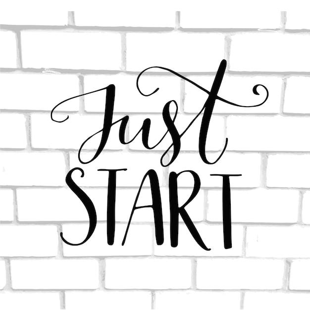 Start gewoon. motivatie zin, hand belettering zeggen op witte bakstenen muur.