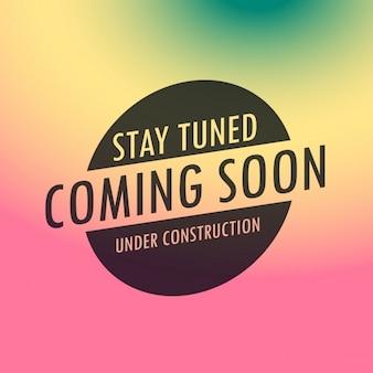 Stay tuned coming soon label tekst op kleurrijke achtergrond
