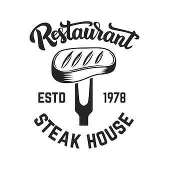 Steak-restaurant. gesneden vlees en gekruiste hakmessen.
