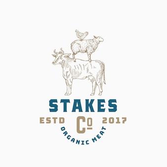 Steaks bedrijf abstracte teken of logo sjabloon met hand getrokken koe, schapen en kip sillhouettes en retro typografie.