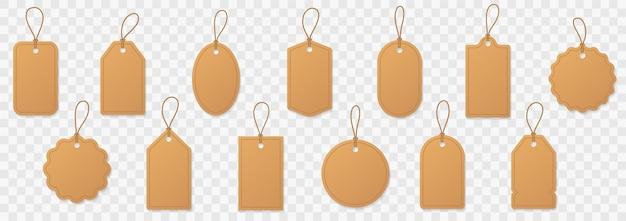 Stel blanco papieren prijskaartjes of cadeaulabels in. papieren etiketten met koord.