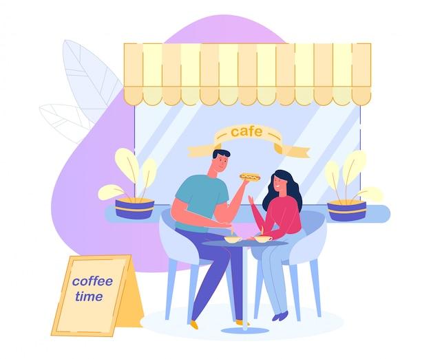 Stel drinkt koffie en eet een hapje in de cafetaria.