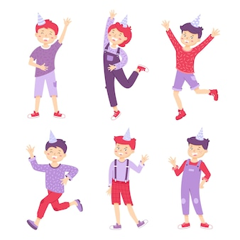 Stel een gelukkige jongens in met feestmutsen jongens zwaaien met hun handen, springen en lachen