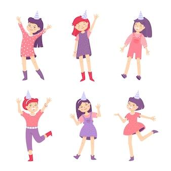 Stel een gelukkige meisjes in die feestmutsen dragen meisjes zwaaien met hun handen en lachen
