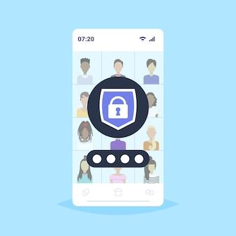 Stel verschillende mannen vrouwen gebruikers avatars en profielen privacy gegevensbescherming toegang concept spullen werknemers bedrijf klanten collectie schild met hangslot mobiele app smartphone scherm