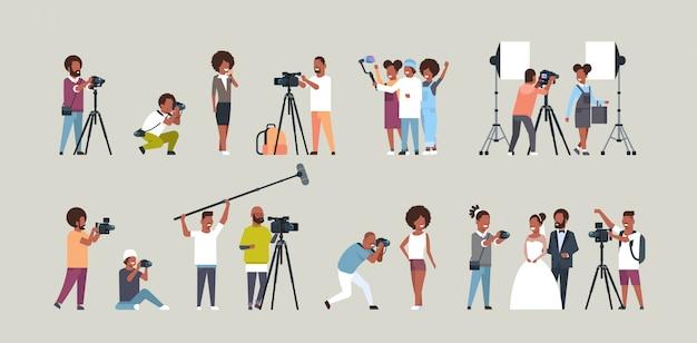 Stel verschillende poses in fotografen en cameramans met behulp van camerapersonages die video-opnamen maken en foto's maken die werken tijdens het verzamelen van sessies, horizontaal, volledige lengte