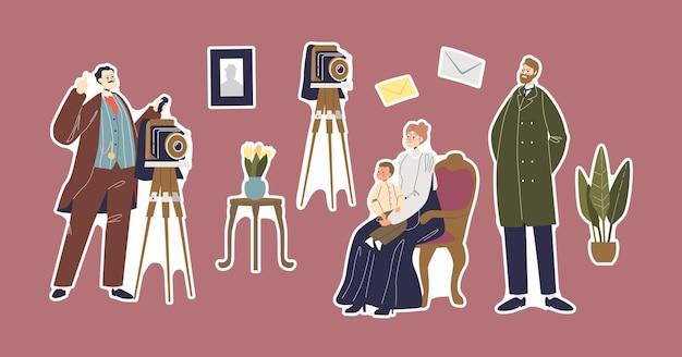 Stel vintage fotograaf met retro camera op statief, victoriaanse leeftijden moeder, vader en kind karakters familie dragen antieke kostuums poseren voor fotoalbum. cartoon mensen vectorillustratie
