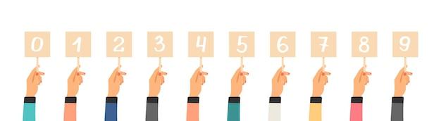 Stem ranking. handen met tabellen met getallen. geïsoleerde vlakke nummerplaten, jurybeoordeling van goederen of recensies