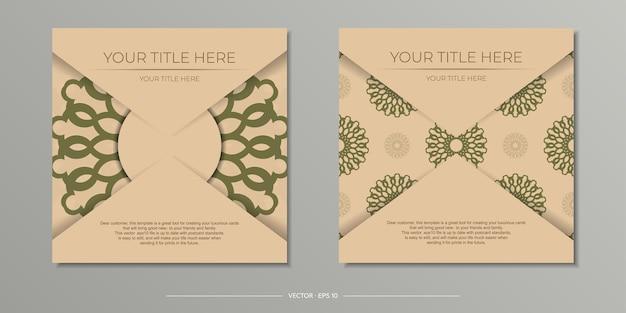 Stijlvol, drukklaar beige briefkaartontwerp met luxe griekse ornamenten. uitnodigingskaartsjabloon met vintage patronen.
