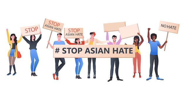 Stop aziatische haatmix race-activisten met spandoeken die protesteren tegen racisme steun mensen tijdens coronavirus pandemie concept horizontale volledige lengte illustratie