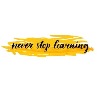 Stop nooit met leren. motiverende citaat over onderwijs, zelfverbetering. borstelkalligrafie op gele slagachtergrond. inspirerende zin voor kunst aan de muur, kaarten, sociale media-inhoud.