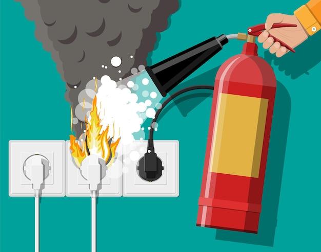 Stopcontact met stekker in brand en brandblusser in de hand met schuim