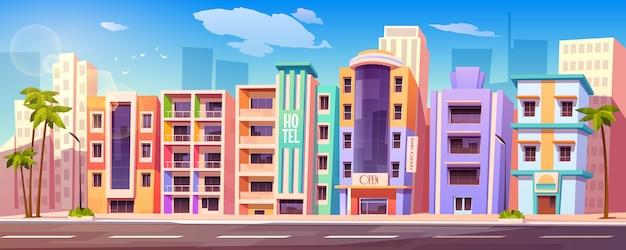 Straat in miami met hotels en palmbomen