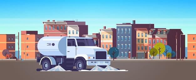Straatveger vrachtwagen wassen asfalt met water industrieel voertuig