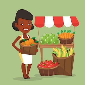 Straatverkoper met groenten en fruit.