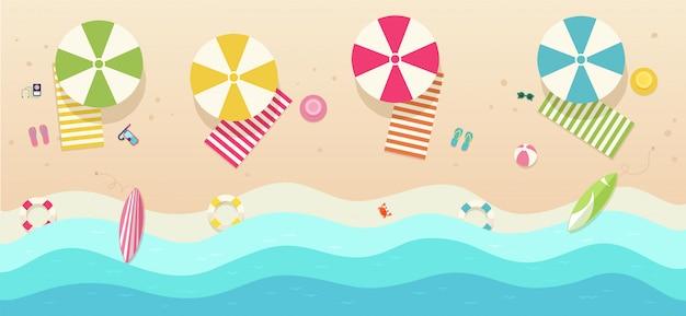 Strand, bovenaanzicht met parasols, handdoeken, surfplanken, zonnebrillen, hoeden, bal, zeesterren. zee met golven en recreatiegebied.