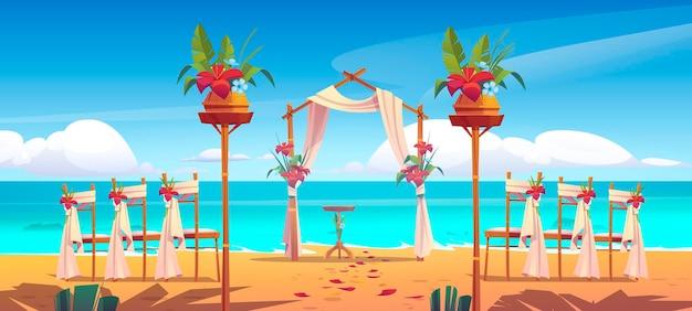 Strand huwelijksboog en decoratie op zee.