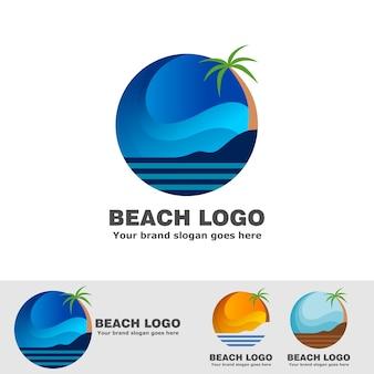 Strand met gebogen hemel en kokospalmen