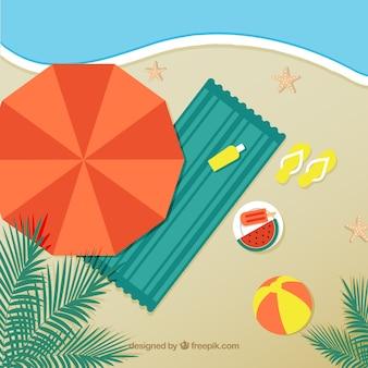 Strand met parasol en handdoek