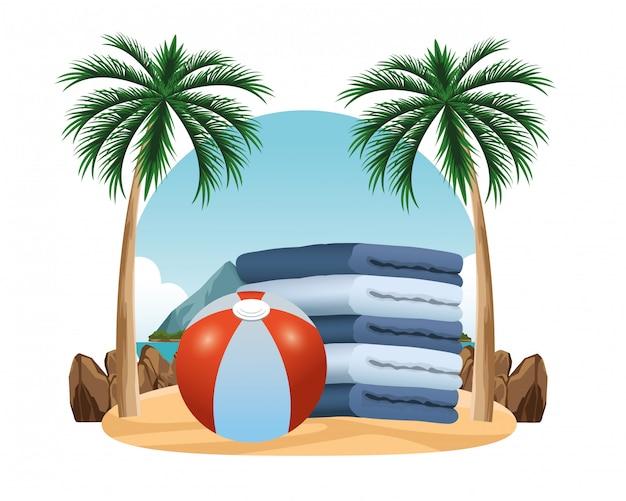 Strandbal en handdoeken opgestapeld