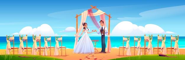 Strandhuwelijksceremonie met pasgetrouwde stel bloemenboog en stoelen aan zee sea