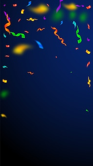 Streamers en confetti. kleurrijk wimpelsklatergoud en folielinten. confetti vallende regen op donkerblauwe achtergrond.