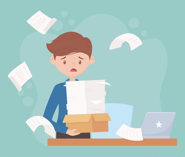 Stress op het werk, moe werknemer met stapel papes laptop op bureau
