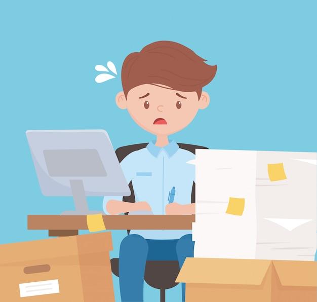 Stress op het werk, moe werknemer werken in bureau met stapel papier vakken en laptop