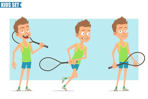 Stripfiguur plat grappige sport jongen in groen shirt en korte broek. kid poseren, spelen en rennen met een tennisracket.