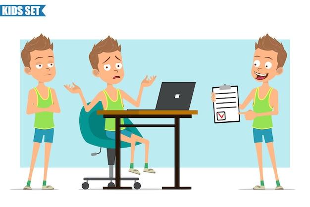 Stripfiguur plat grappige sport jongen in groen shirt en korte broek. kind denkt, werkt op laptop en toont takenlijst met taak.