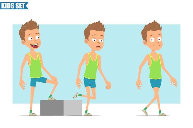 Stripfiguur plat grappige sport jongen in groen shirt en korte broek. succesvolle vermoeide jongen die naar zijn doel loopt.