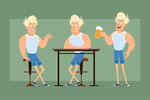Stripfiguur plat grappige sterke blonde sportman in onderhemd en korte broek. jongen rusten en mok met bier en schuim te houden. klaar voor animatie. geïsoleerd op groene achtergrond. set.