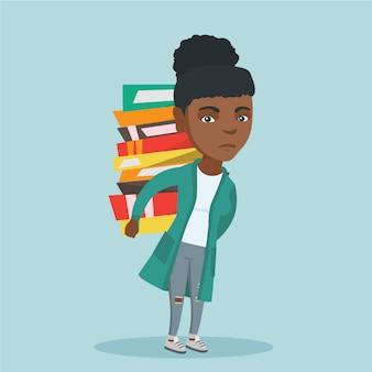 Student die een zware stapel boeken op keerzijde draagt.