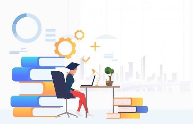 Student gebruikend laptop en bestuderend bij bureau