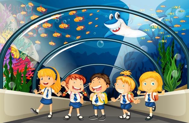 Studenten bezoeken aquarium met veel vis