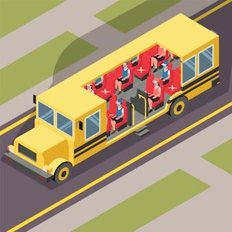 Studenten houden afstand tijdens het gebruik van de schoolbus tijdens nieuw normaal