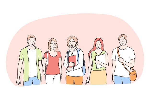 Studenten, klasgenoten, universiteit, onderwijs, vriendenconcept. groep jonge lachende tieners studenten staan met boeken en tutorials en kijken naar camera samen buitenshuis