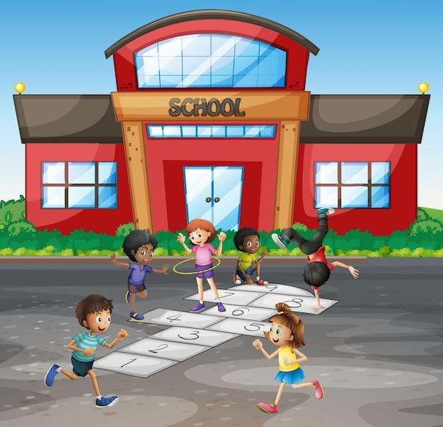 Studenten spelen hinkelen op school
