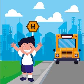 Studentenjongen bij de bushalte met achtergrondstad