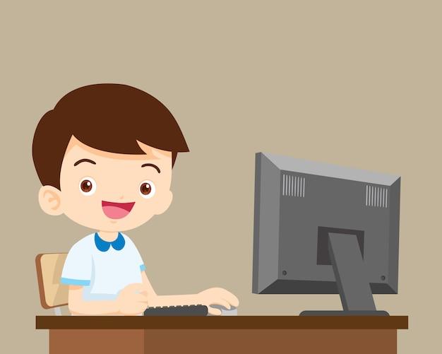 Studentenjongen die met computer werkt