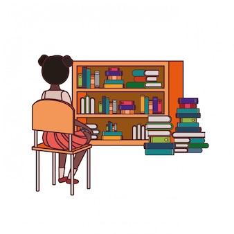 Studentenmeisje die zijn rug op stoel zitten